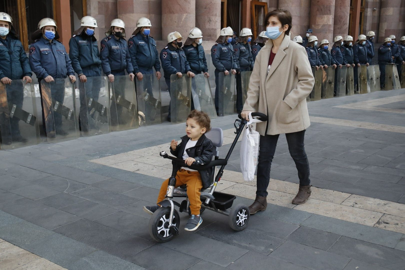 10 ноември. Полицейски кордон пред сградата на правителството в Ереван, която ден по-рано беше превзета от протестиращи