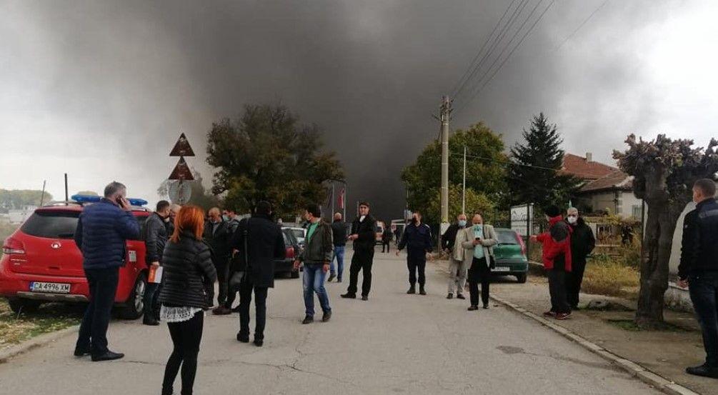 Живеещите в близост са излезли на улицата и наблюдават какво се случва