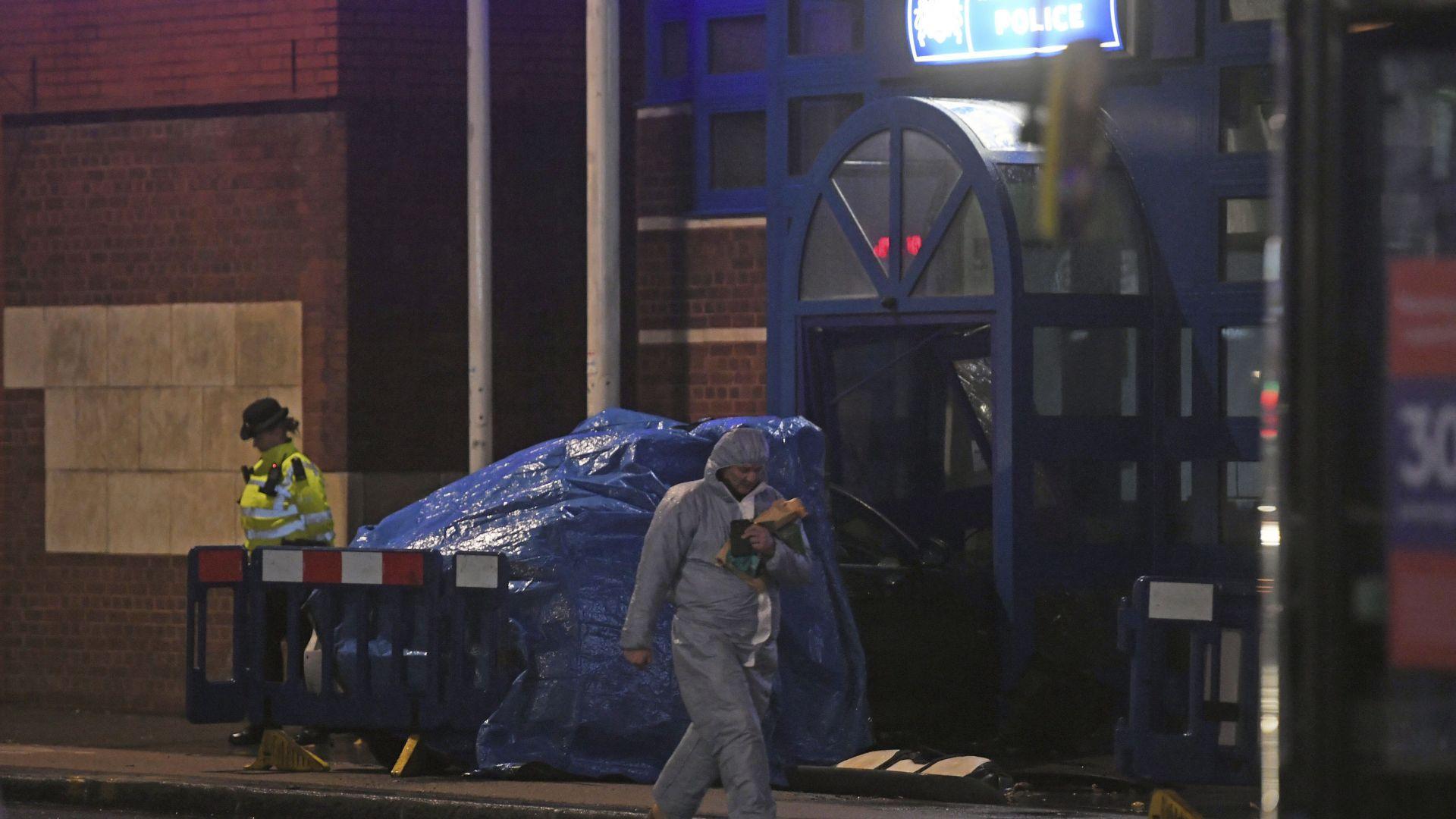 Шофьор заби колата си в полицейско управление в Лондон и опита да я запали