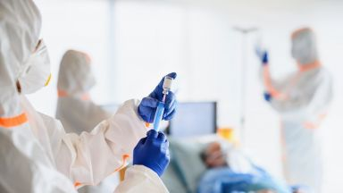Двама лекари и санитар се разболяха от COVID-19 след поставяне на първата ваксина