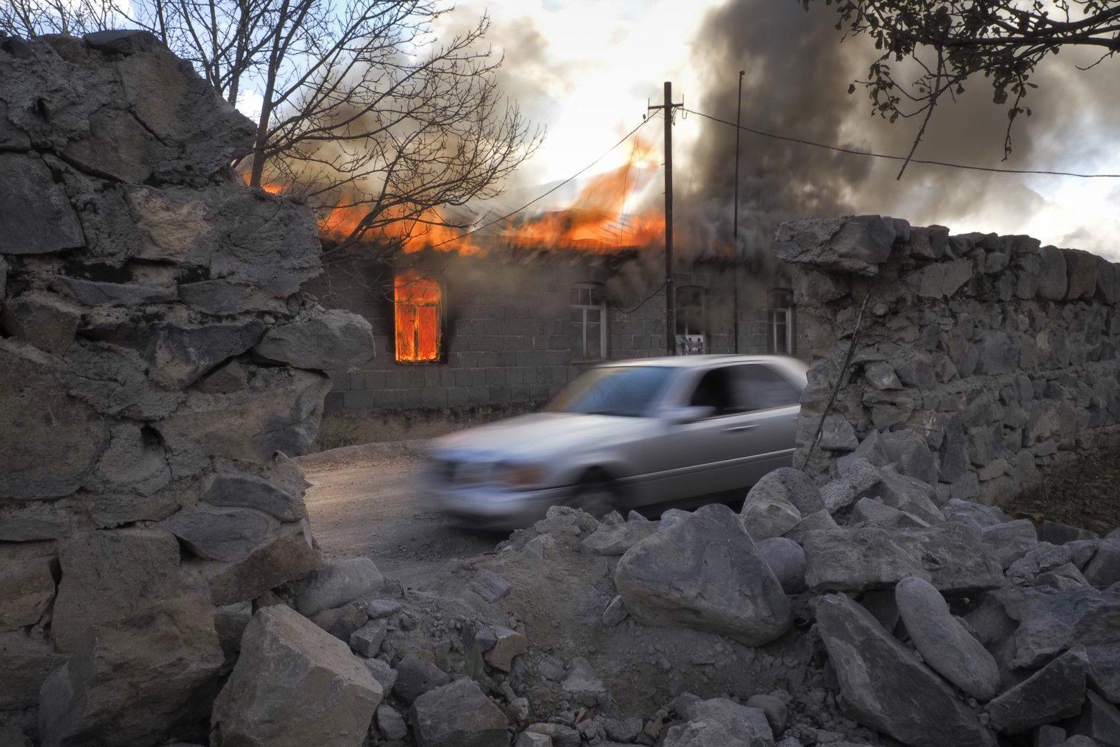 Дим и пламък се издигат от горяща къща в район, някога контролиран от арменците в Нагорни Карабах