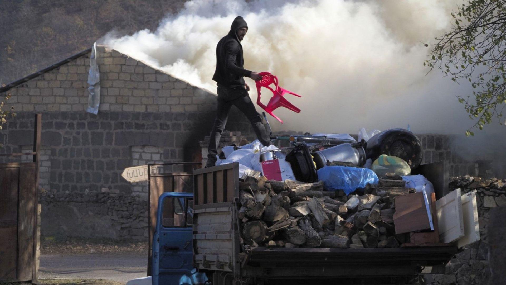 Семейства горят домовете си в Карабах, а пътят на руските миротворци е осеян с трупове