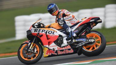Смразяващa катастрофа в Moto GP: Маркес полетя, но се отърва невредим (видео)