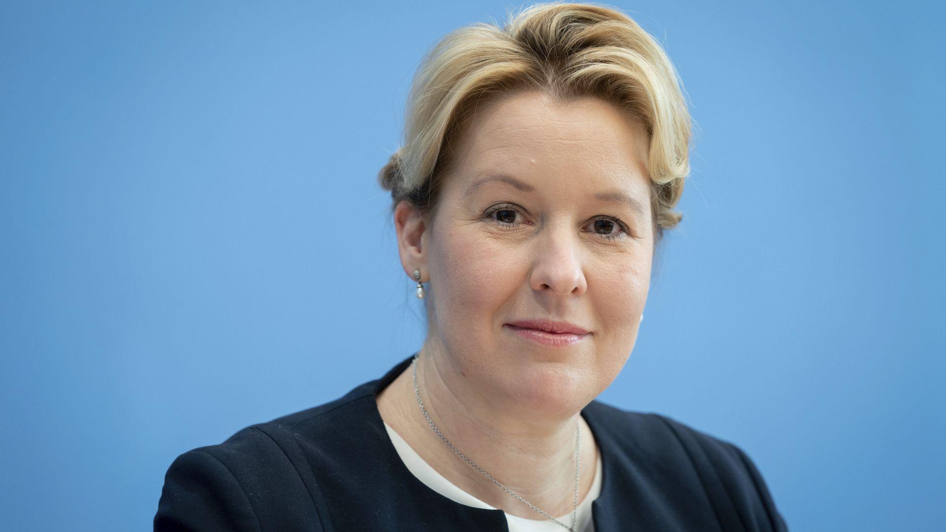 Искат оставката на германски министър заради плагиатство в дисертацията й