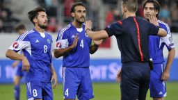 """Емоции и сълзи от щастие след 0:0 в битката между европейските """"футболни джуджета"""""""