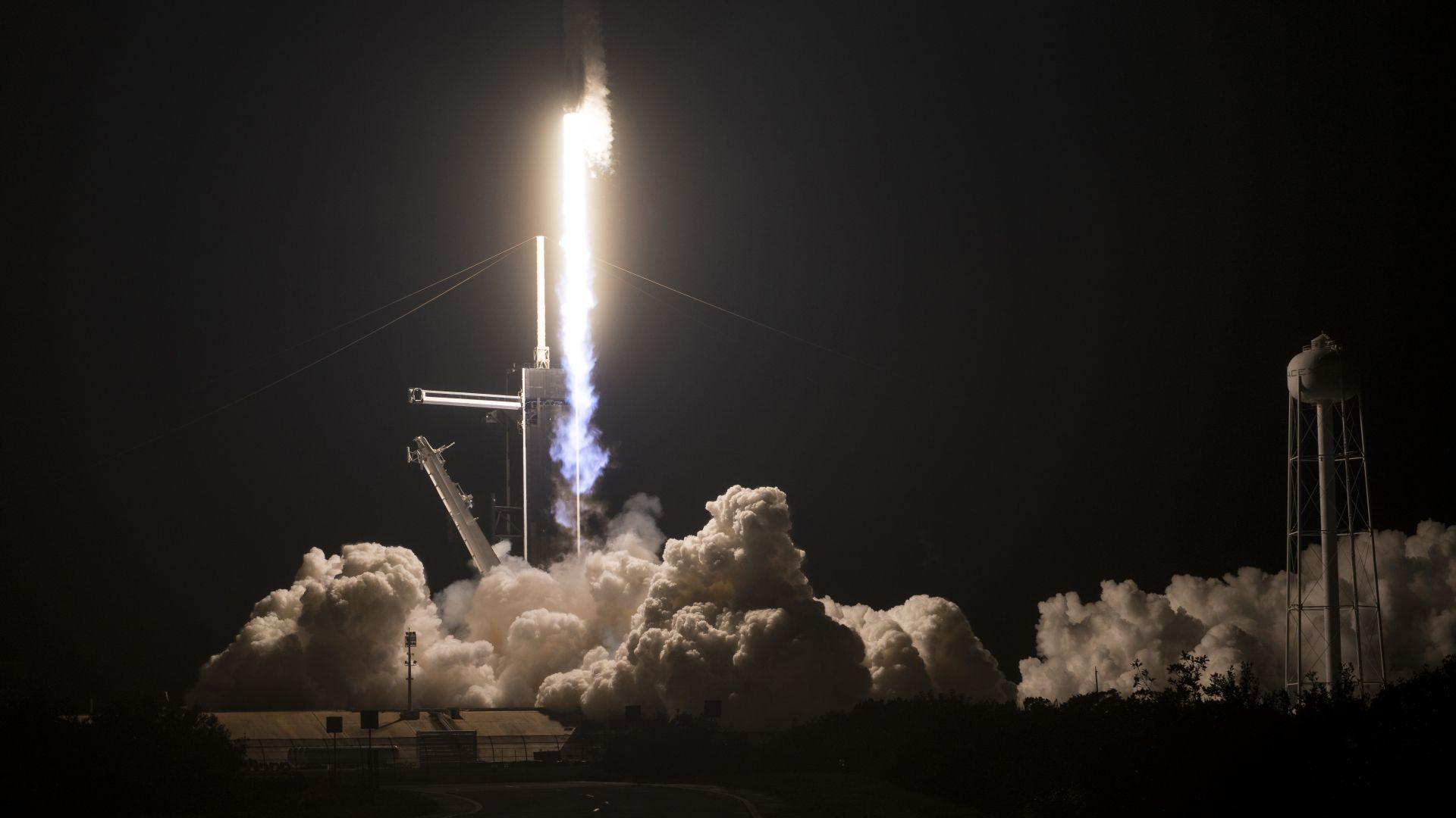 НАСА вече не зависи от Русия: SpaceX изстреля космически си кораб към МКС (видео/снимки)