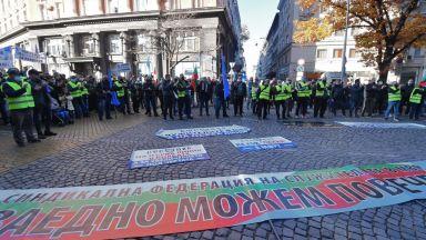 Полицаите готвят нови протести, разпъват палатка пред парламента