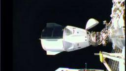 """""""Дракон"""" на Спейс Екс с четирима астронавти се скачи с МКС (снимки и видео)"""