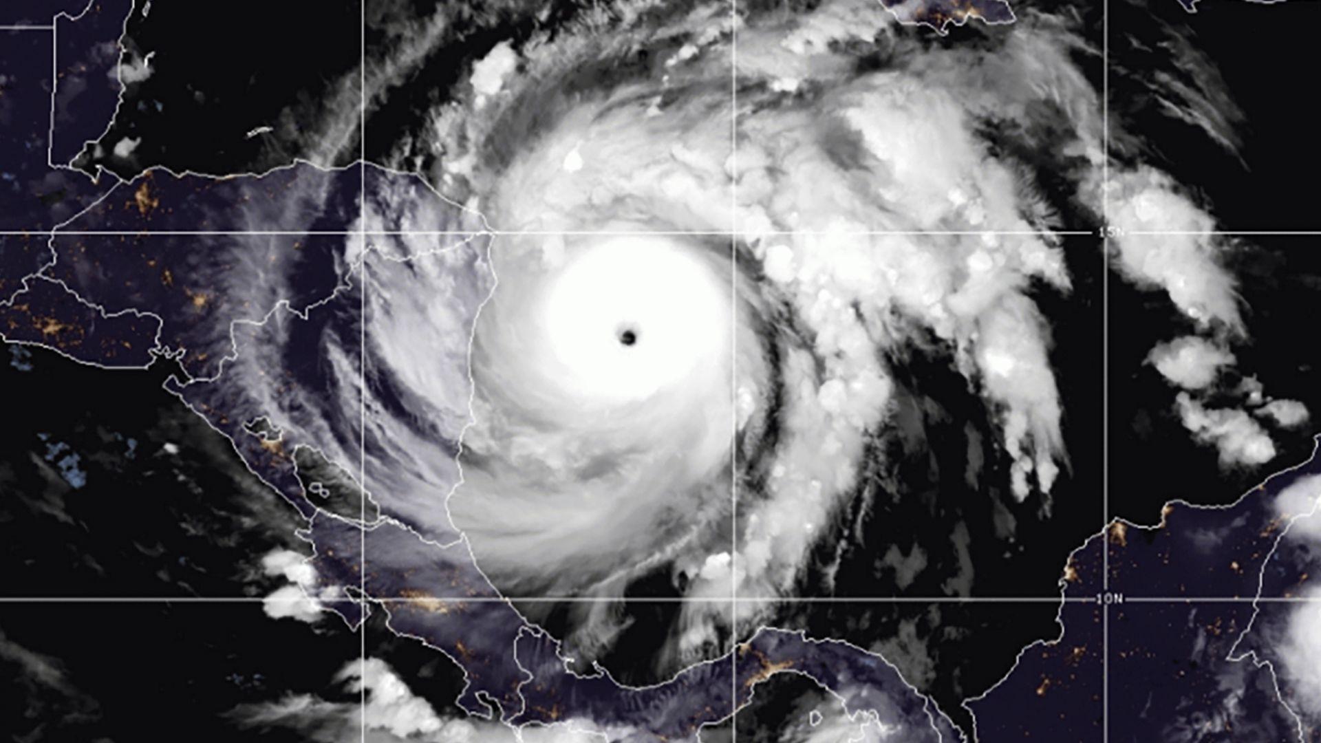 Ураганът Йота удари Никарагуа с максималната си мощ (видео)