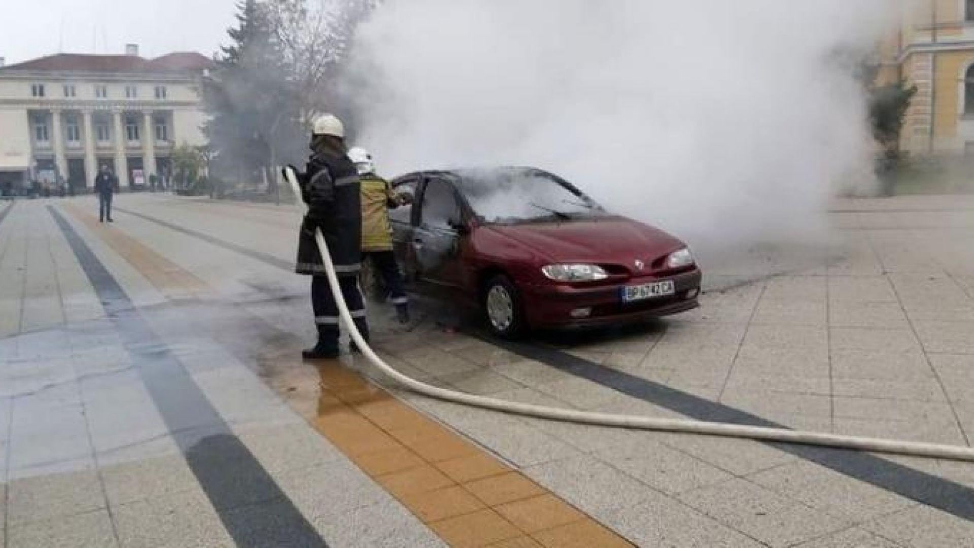 Мъж запали автомобила си и се поля с бензин пред oбщината във Враца