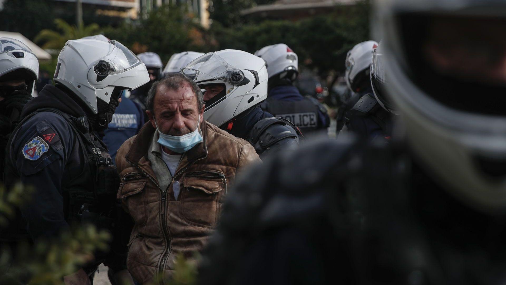 Арести и сълзотворен газ в Атина на годишнината от студентския бунт (снимки)
