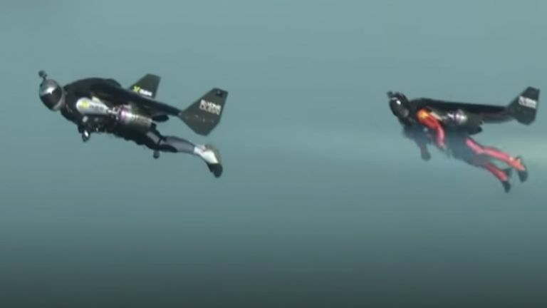 Френският каскадьор Венсан Рефе, известен с полетите си с реактивни