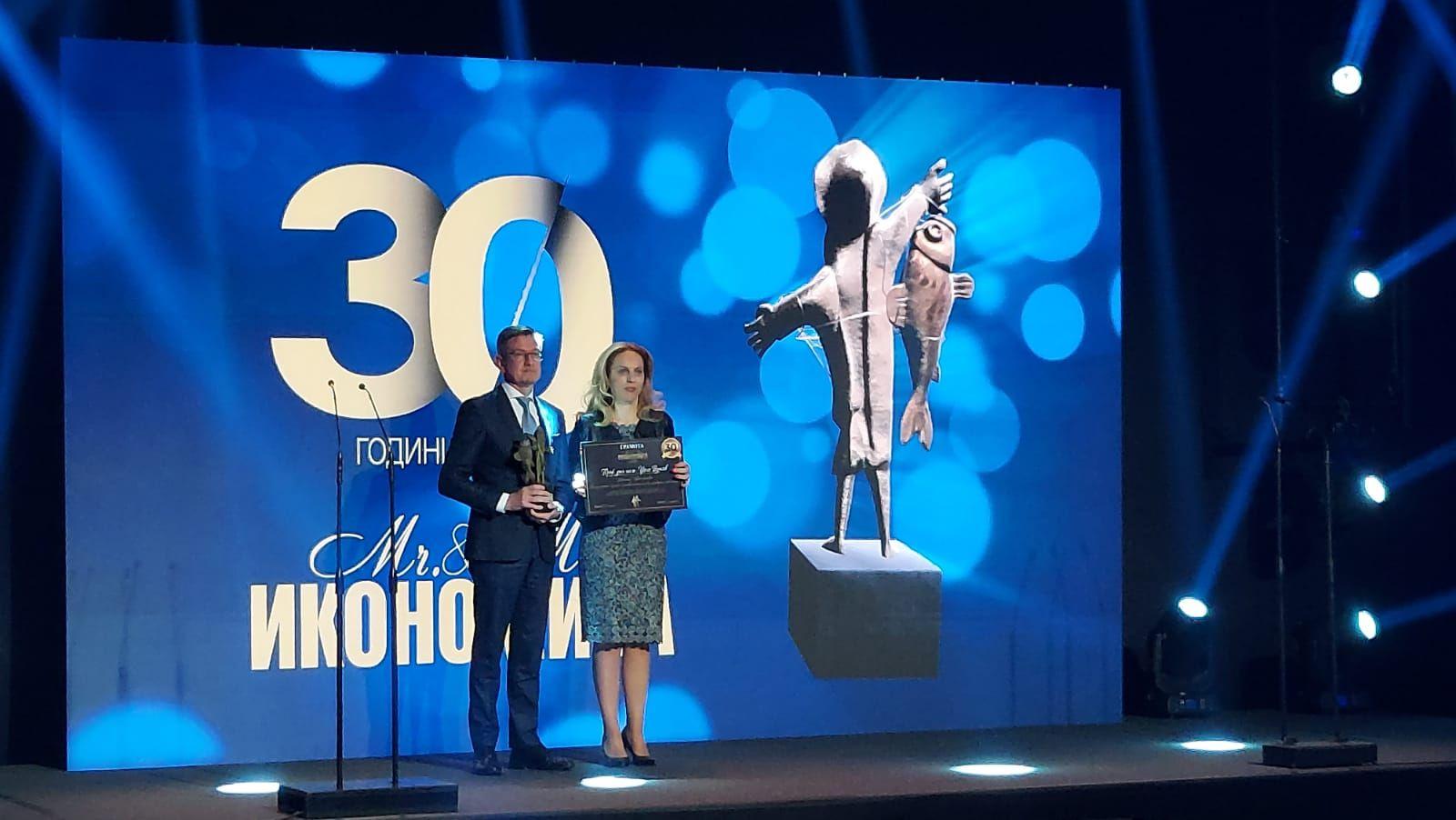 """Доминик Хамерс, изпълнителен директор на """"Геотехмин"""" получи наградата си от министъра на туризма Марияна Николова"""