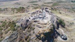 Плешка от кон e открита в пласт от края на XIII - началото на XIV в. в средновековния град Русокастро