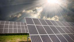 Гърция ще строи фотоволтаични централи за безплатен ток за бедни