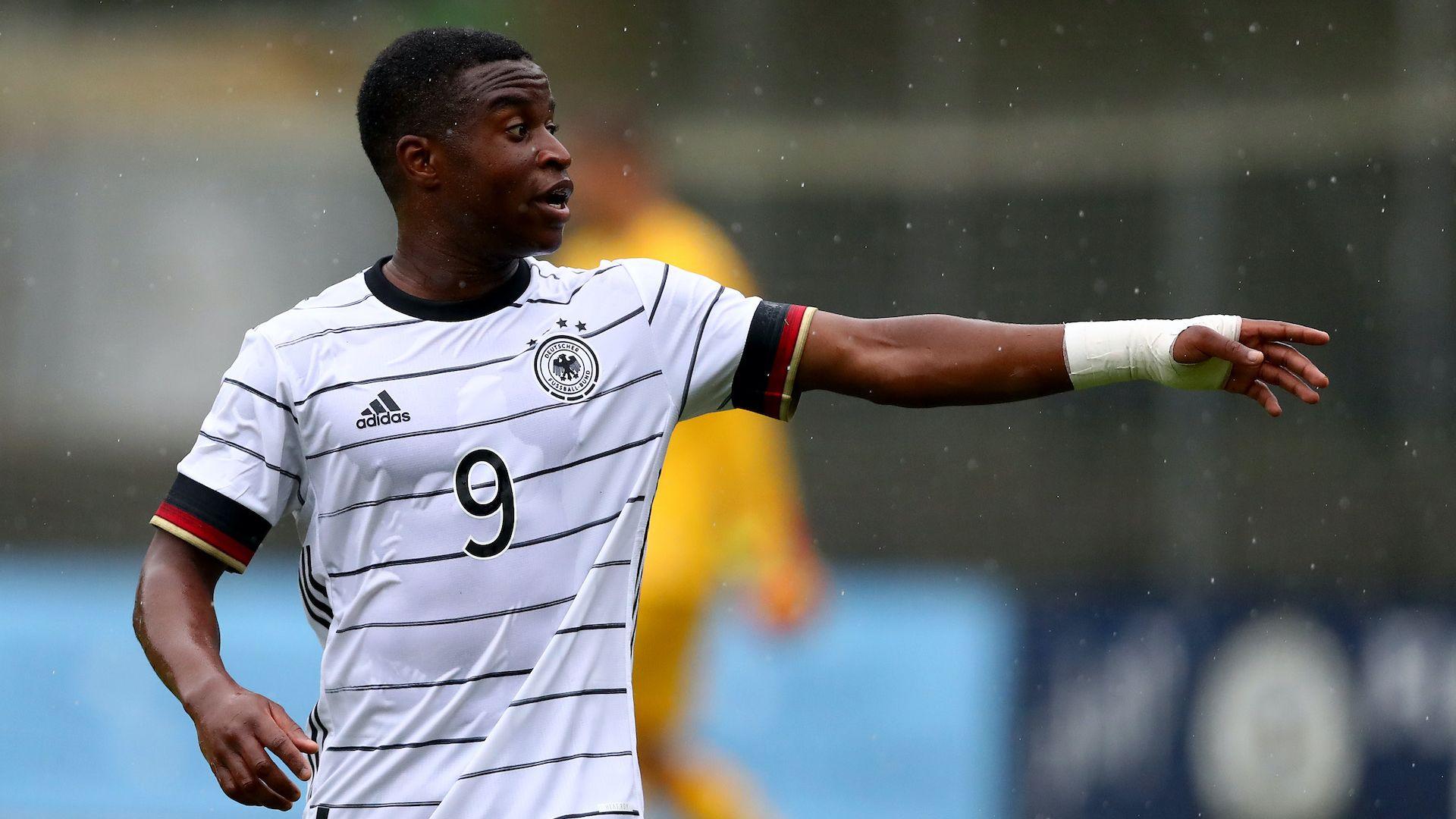 Той току що навърши 16, вкарва по два гола на мач и е бъдещето на Борусия и Германия