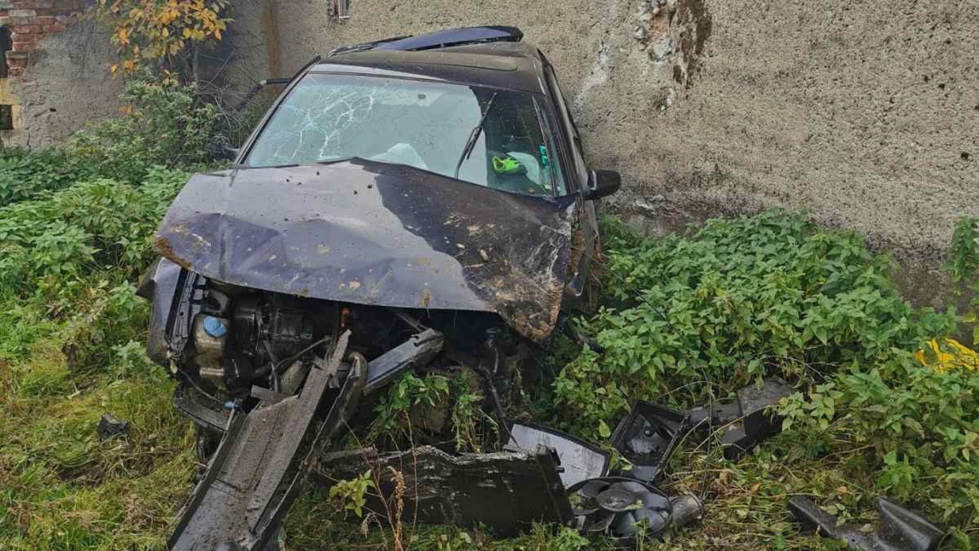 Млад шофьор прелетя десетки метри с Ауди-то си и се заби смъртоносно в стена на къща