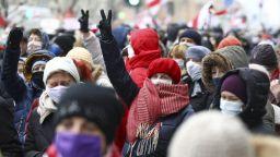 Цветя и аплодисменти на погребението на млад демонстрант в Минск