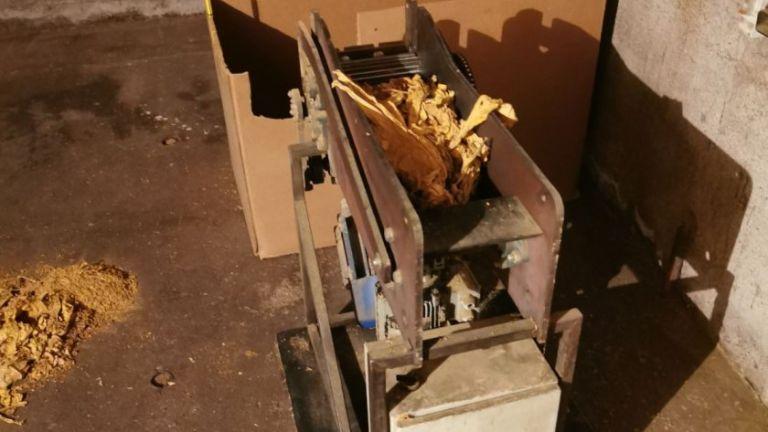 Един тон тютюн и машина за рязането му, близо тон