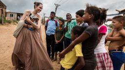 Анджелина Джоли ще режисира биографичен филм за военния фотограф Дон Маккълин