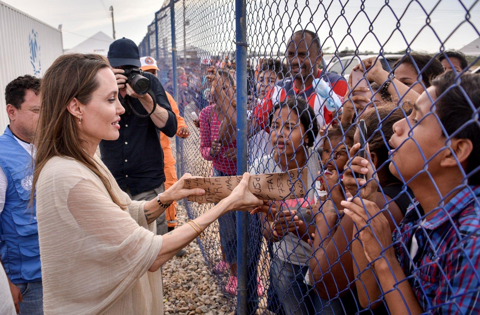 """""""Срам ме е как си тръгнахме"""": Анджелина Джоли с яростна критика заради Афганистан"""