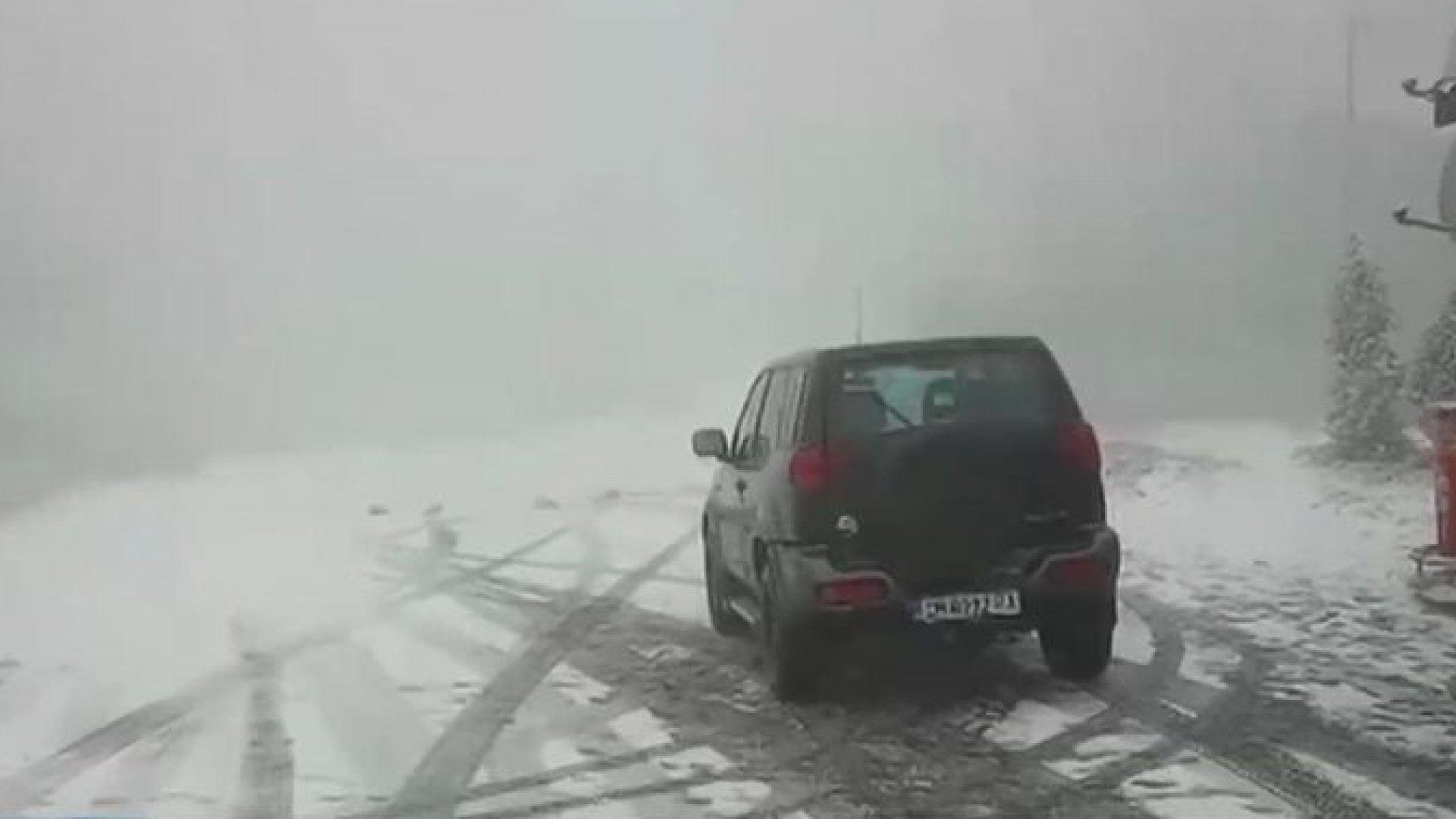 Първи сняг в прохода Петрохан, затвориха Хаинбоаз заради катастрофа с камион