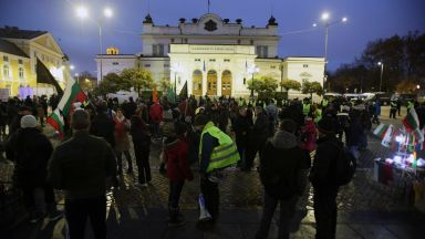 Протестиращи блокираха движението пред стария парламент (снимки)