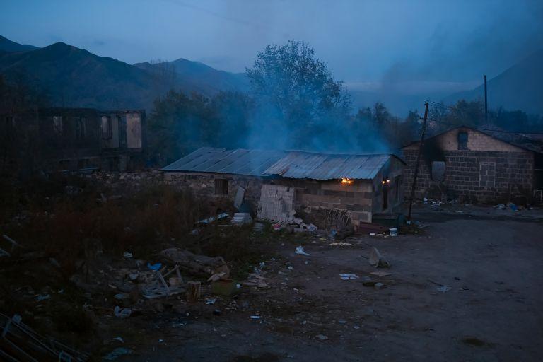 13 ноември -  Семейства горят домовете си в Карабах, а пътят на руските миротворци е осеян с трупове