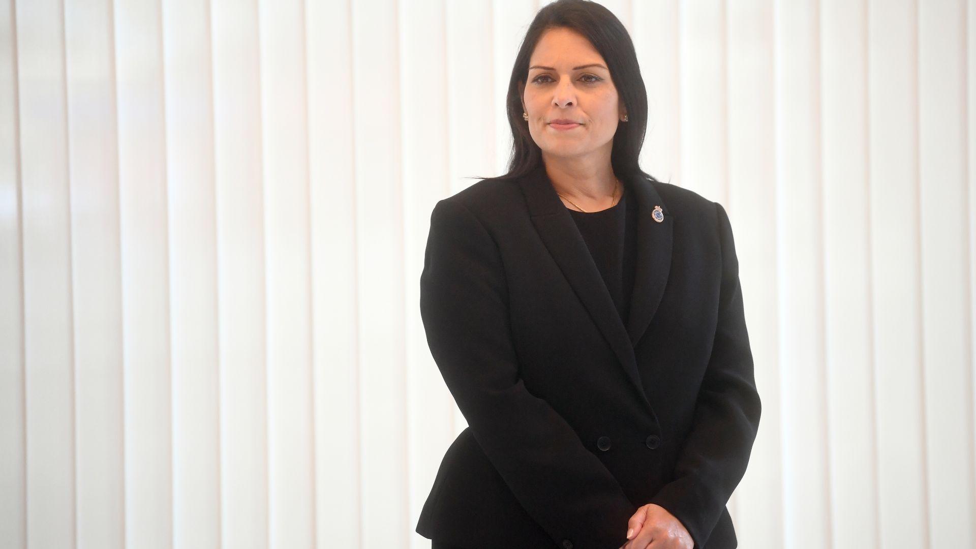 Британският вътрешен министър се извини след обвиненията в тормоз над подчинени