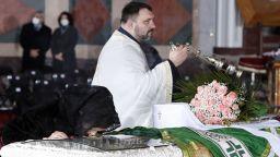Погребаха сръбския патриарх, починал от COVID-19, телевизията предава на живо (снимки)