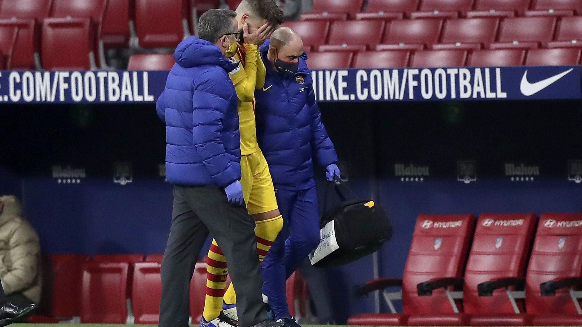 Пореден тежък удар за Барса - травма в коляното вади Пике за няколко месеца от терена