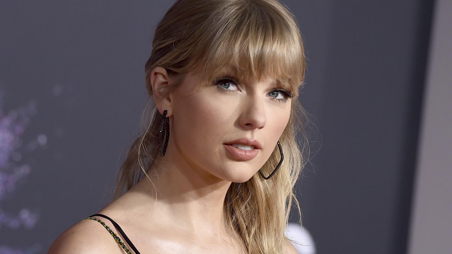 Тейлър Суифт триумфира на Американските музикални награди, но не присъства на церемонията