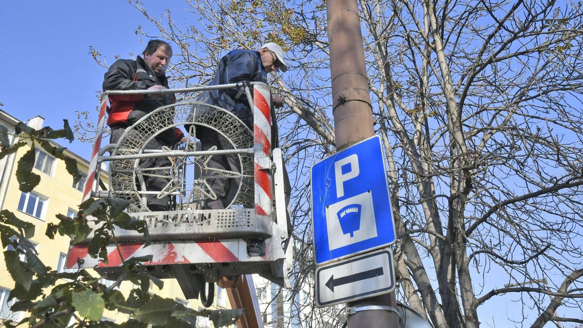 Започнаха да монтират коледната украса в София (снимки)
