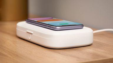 Безжично зарядно дезинфектира смартфона