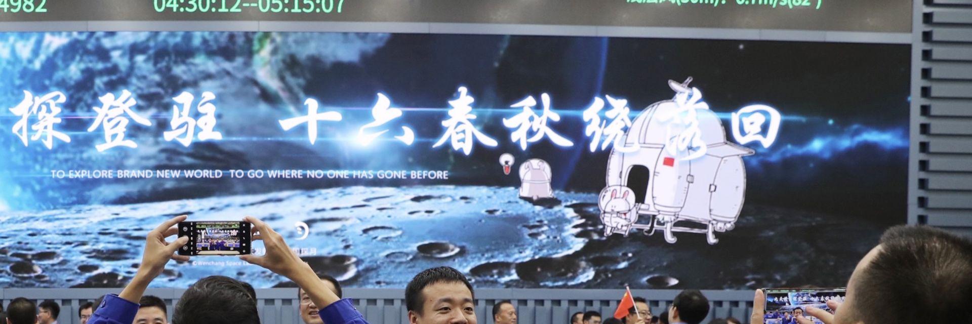 Китай изстреля сонда към Луната, ще събира скална маса (снимки и видео)