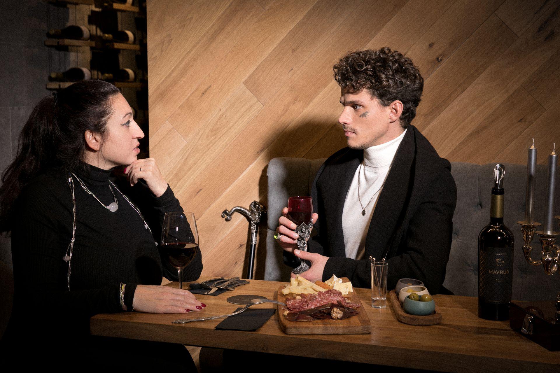 """""""На чаша вино с..."""" е проект, подкрепен от Katarzyna Estate. На снимката: Актьорът Севар Иванов с журналиста Кристина Димитрова"""