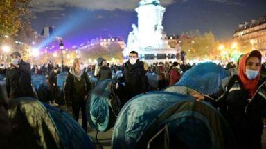 Шокиращи кадри при разчистването на мигрантски лагер в Париж (видео)