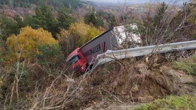 Камион излетя от пътя в Кюстендилско