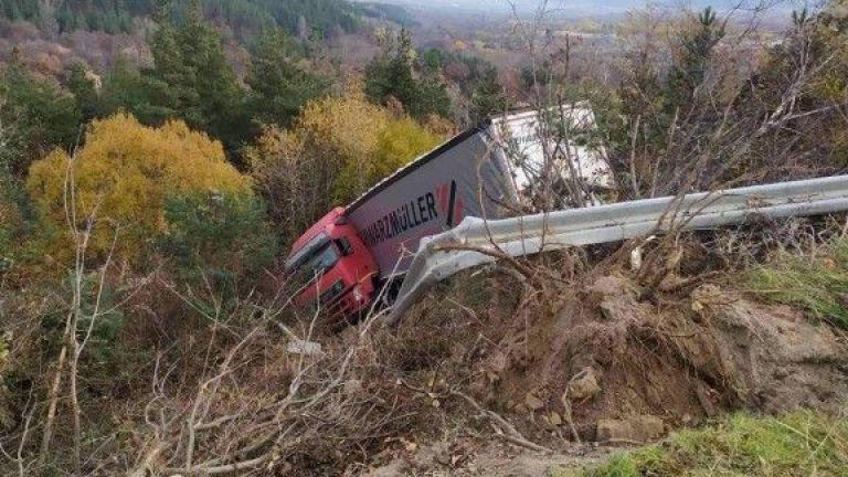 Камион се преобърна при село Жиленци, Кюстендилско, съобщава bTV. Инцидентът