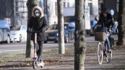 И в Швеция ограничиха събирането на хора на обществени места