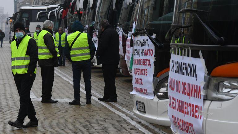 Автобусни превозвачи и таксита блокираха ключови булеварди в центъра на София (снимки)