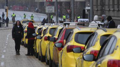 Таксиджиите на нов протест в 3 лъча пред общината