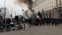Димка от протестиращи пред МС вдигна полицията на крак (снимки)