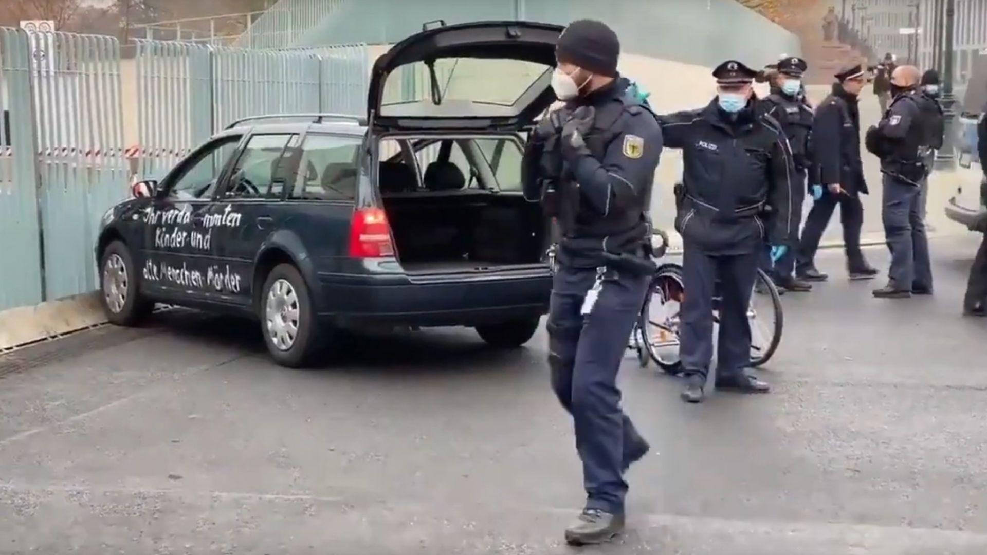 Атака с послание: Кола се вряза във входа на канцеларията на Меркел