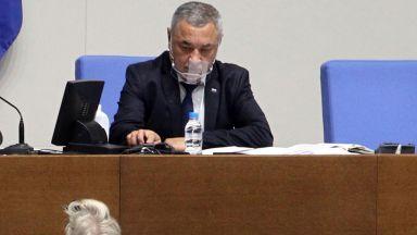 Валери Симеонов изгони от парламента Павел Шопов заради отказ да носи маска