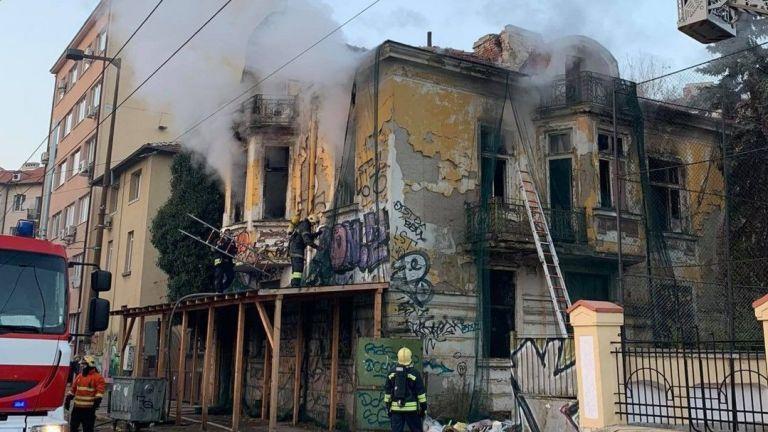 Сграда паметник на културата горя в центъра на София. Пожарът