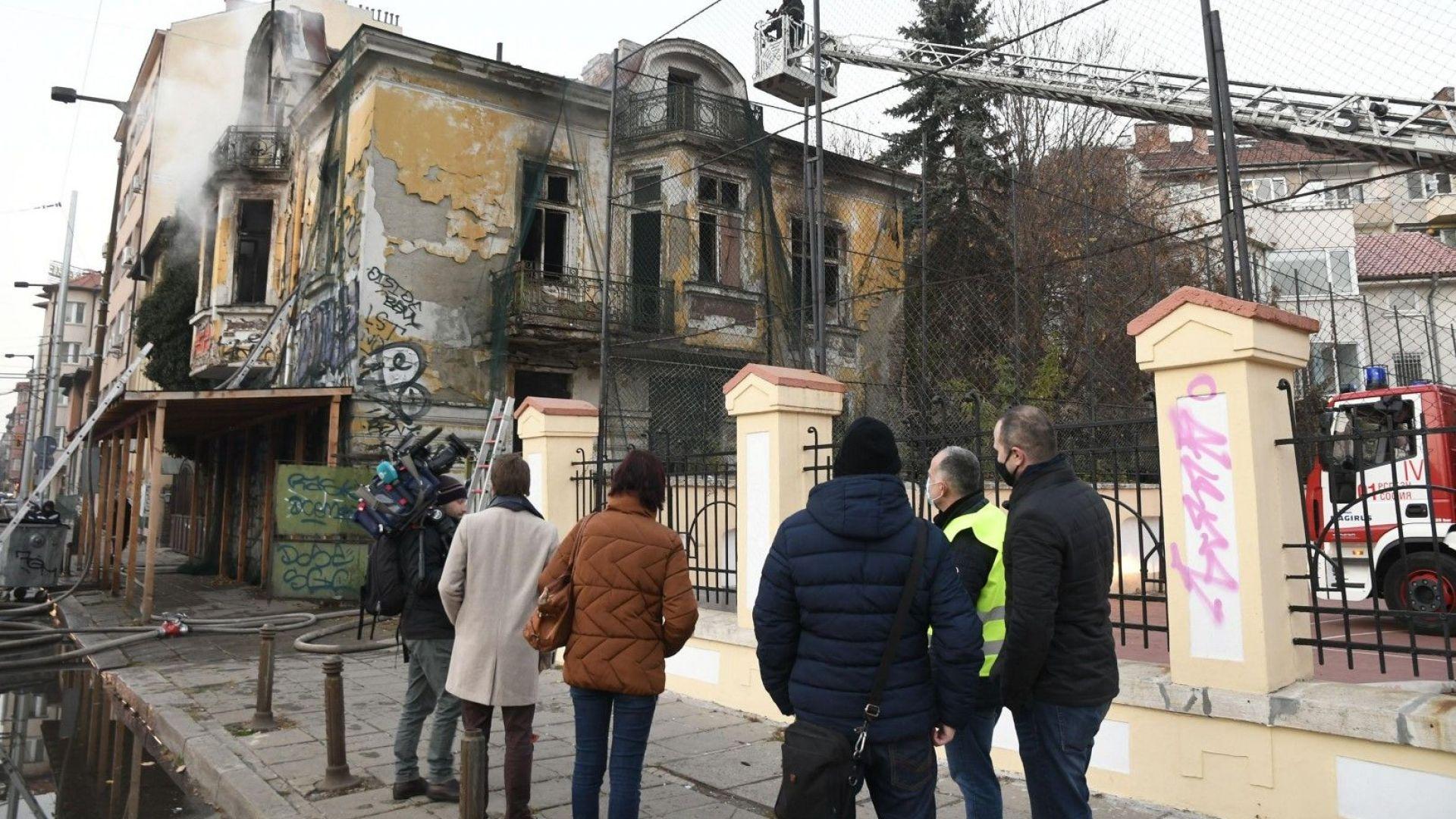 Паметник на културата в София горя заради пожар от самонастанил се клошар