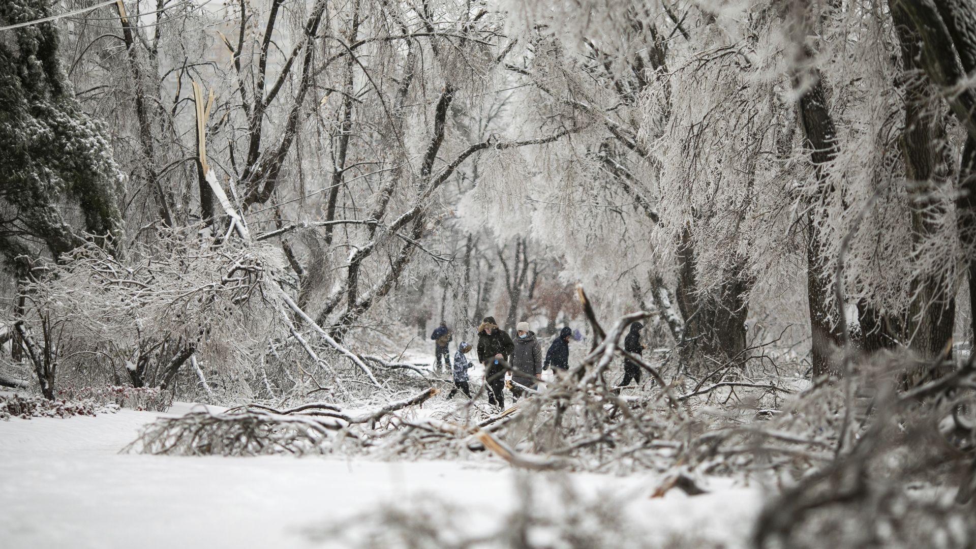 Безпрецедентна ледена буря остави хиляди хора в руския Далечен изток без ток и отопление (снимки)