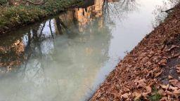 Общински бетонов колектор оцветил в бяло река Струма
