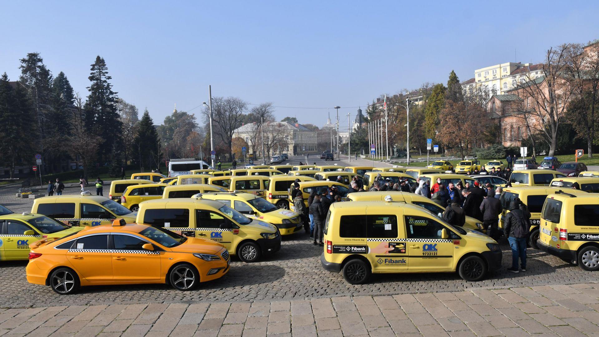 Таксиметрови шофьори пак протестираха в София, вчера попаднали на активно мероприятие (снимки)